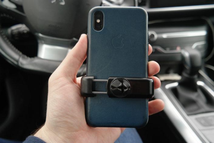 l'iPhone X sur le support Kenu Airframe+