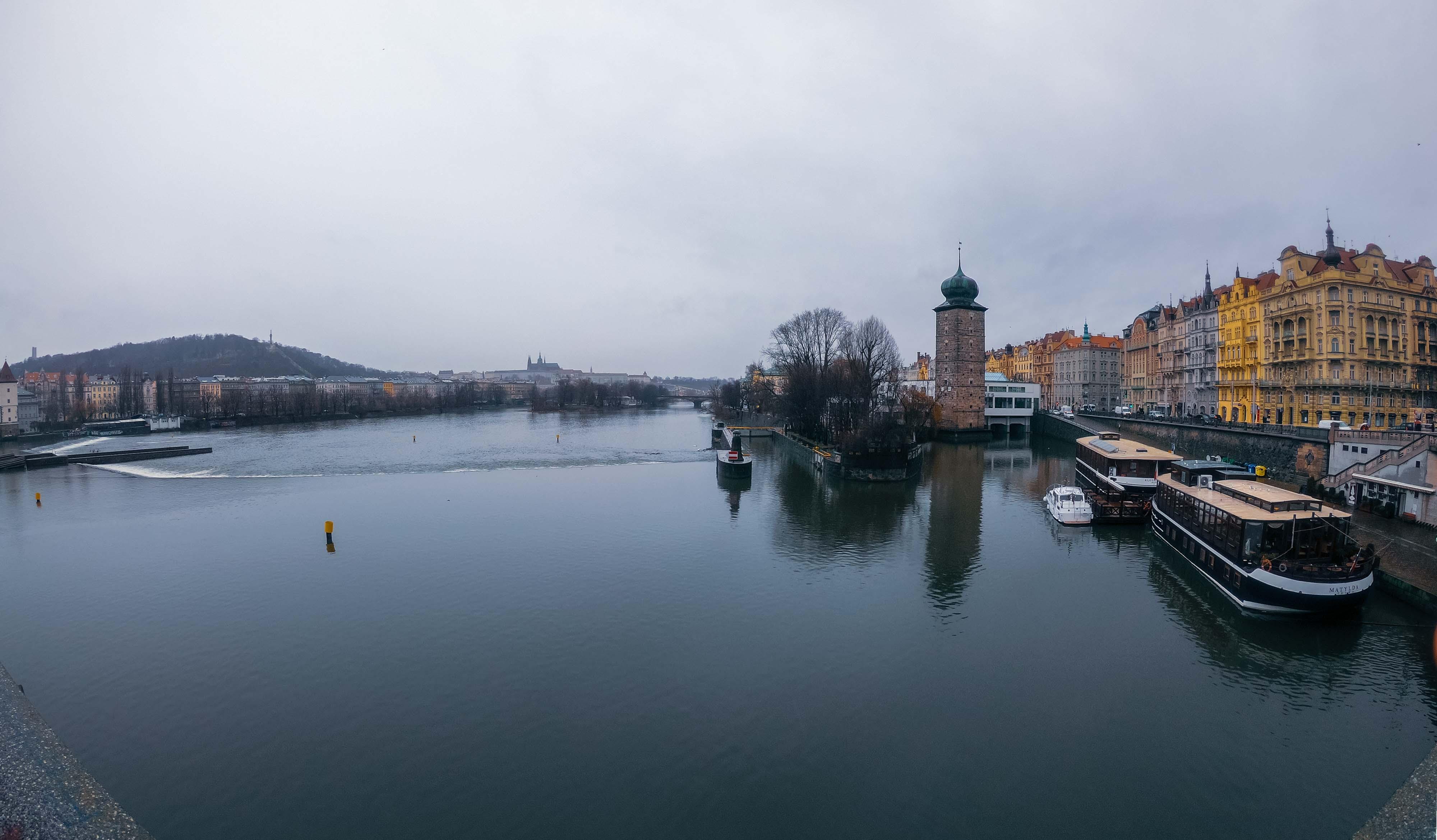 Le panorama grisailleux sur la Vltava à Prague