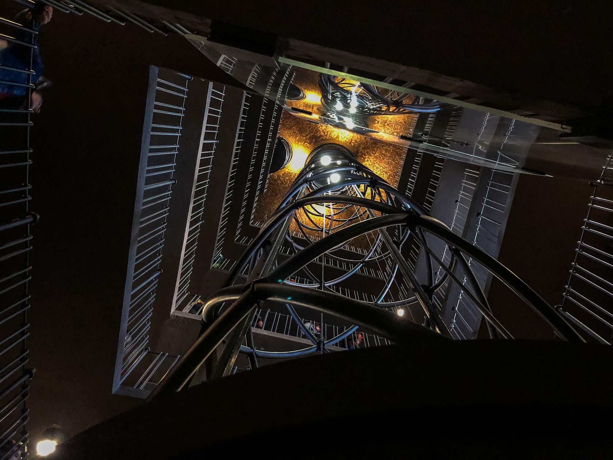 L'ascenseur et les escaliers pour monter au sommet de la tour de l'hôtel de ville de Prague