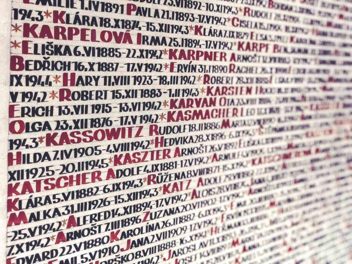 Les murs de la synagogue Pinkas à Prague