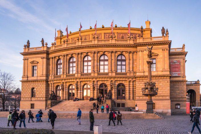 Le Conservatoire de Prague illuminé par le soleil couchant