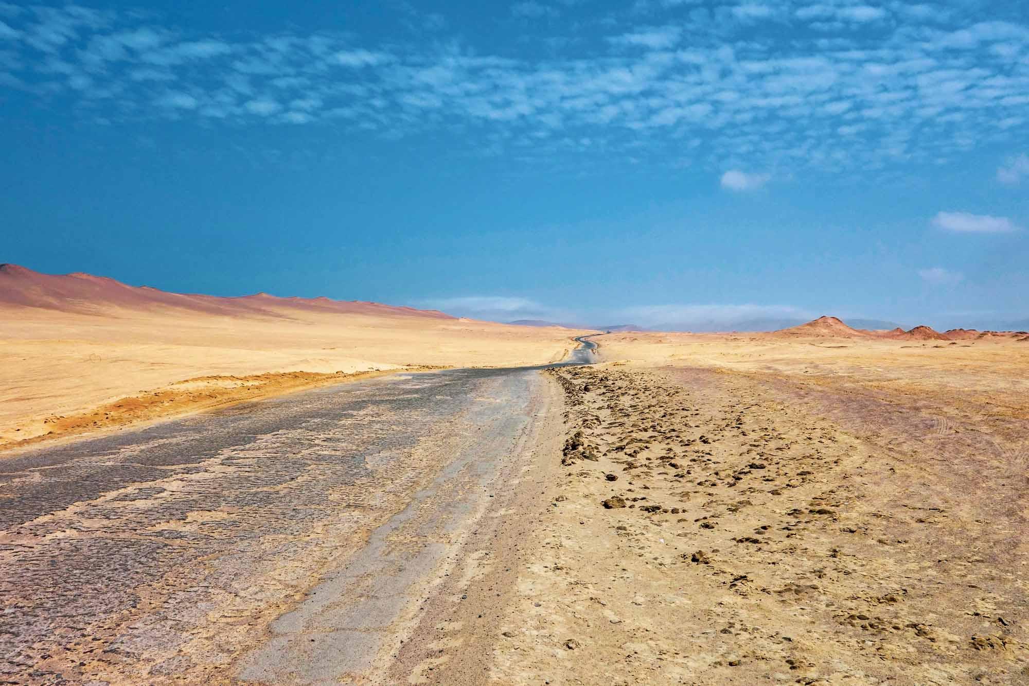 Route dans la réserve naturelle de Paracas au Pérou
