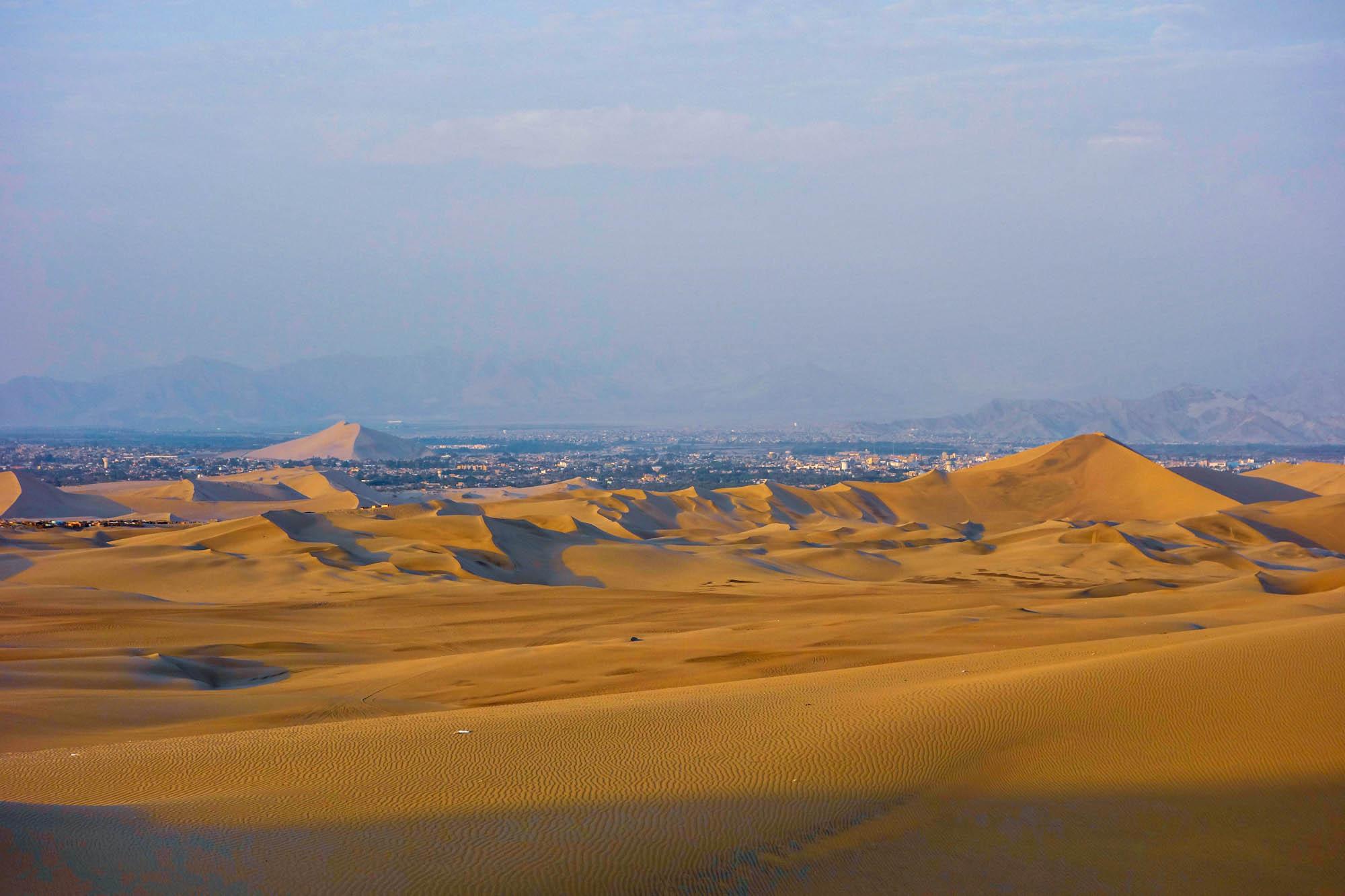 Tout à gauche, on peut apercevoir l'oasis et derrière la ville d'Ica.